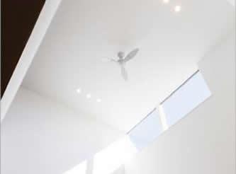 リビングから吹き抜けを通して 光や風が抜けるパッシブデザイン。