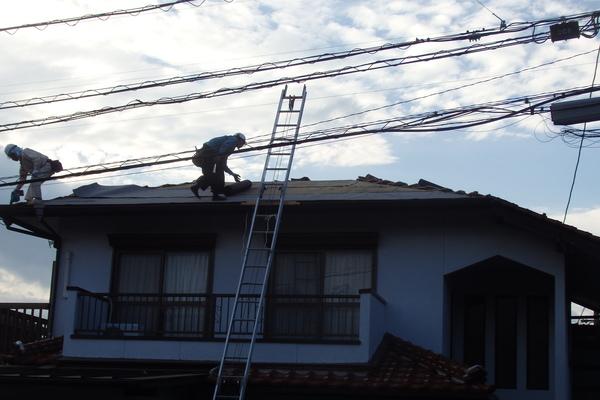 瓦葺き替え工事に入りました。
